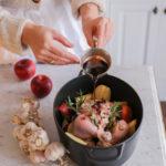 Aromatyczny kurczak w marynacie z czerwonym winem, sosem sojowym, miodem, rozmarynem i śliwkami. Czas na rodzinny obiad!