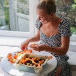 Ciasto, pachnące latem. Kruche z owocami i kruszonką, które zrobisz jedną ręką!