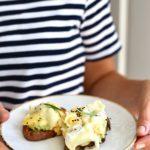 Śniadania nieZWYKŁE. Pieczone bataty z jajecznicą z serem camembert, awokado i czarnuszką